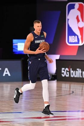 24- Kristaps Porzingis (2,21 metros) - Ala-pivô do Dallas Mavericks, o letão Kristaps Porzingis é, provavelmente, um dos mais técnicos de todos os tempos com essa altura ou maior. Em 237 jogos na NBA, Porzingis possui médias de 18.1 pontos, 7.6 rebotes, 2.0 bloqueios e acertou 409 cestas de três