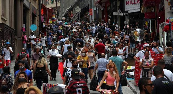 Movimento na região da rua 25 de Março, no centro de São Paulo, nesta quarta