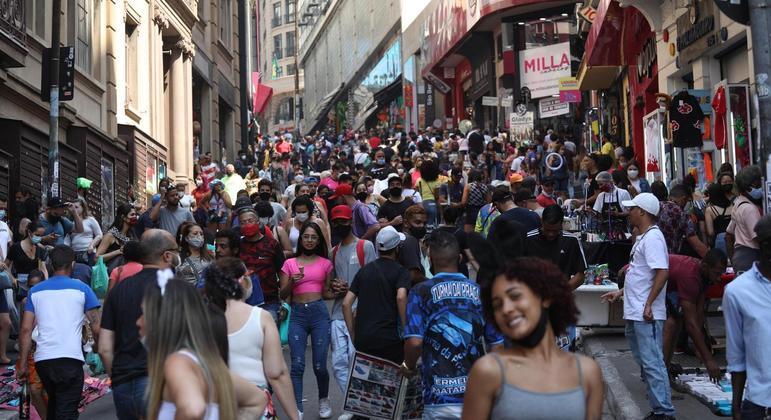 Movimentação na rua 25 de Março, no centro de São Paulo, neste sábado