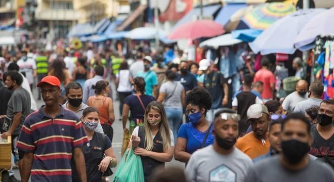 Movimentação na rua 25 de Março, em São Paulo, nesta quarta-feira