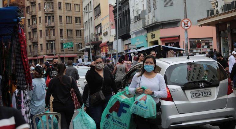 De última hora, consumidores buscam presentes na Rua 25 de Março, em São Paulo (SP)