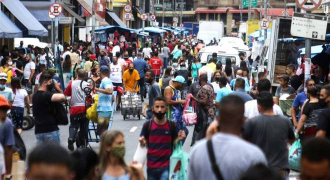 Movimentação intensa de consumidores na Rua 25 de Março, centro de São Paulo