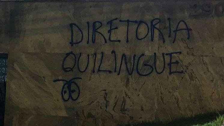 26.11.19 - Novo protesto rebuscado: a sede do Cruzeiro apareceu pichada com o termo