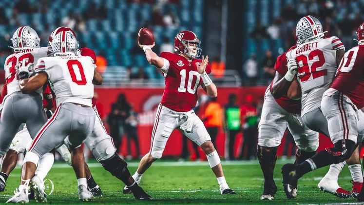 28ª New Orleans Saints: Mac Jones (QB/Alabama) - O Senior Bowl mostrou que Jones tem potencial para produzir além do sistema de Bama. O quarterback é escolhido para ser o sucessor de Drew Brees, uma missão hercúlea para qualquer ser humano.