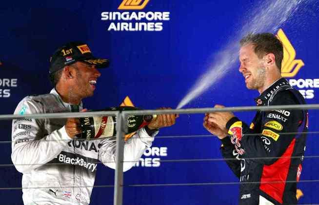 29 - A festa de Lewis Hamilton após a vitória no GP de Singapura de 2014