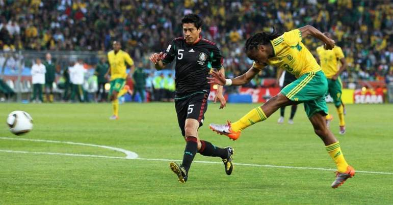 3- ÁFRICA DO SUL 2010: A camisa do país africano ficou marcado como símbolo da primeira copa no continente. Os anfitriões jogaram o torneio com uma camisa amarela e verde.