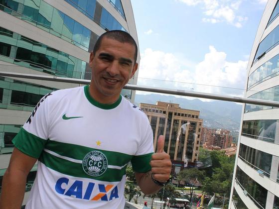 3º - Aristizábal - colombiano - 48 gols em 117 jogos - clubes que defendeu: Santos, São Paulo, Cruzeiro, Vitória e Coritiba