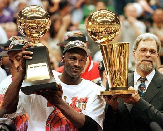 3- Chicago Bulls (seis títulos): Conhecida mundialmente por ter ninguém menos que o maior jogador de todos os tempos, o Chicago Bulls de Michael Jordan venceu todos os seus títulos na década de 90.O time também contava com nomes como Scottie Pippen, Dennis Rodman e o técnico Phill Jackson