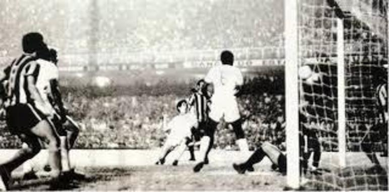 3- Fluminense 1x0 Botafogo - Campeonato Carioca -27/06/1971 - 142.339 pagantes e mais de 160.000 presentes.