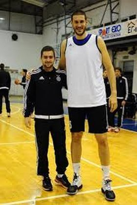 3- Slavko Vranes (2,29 metros) - O caso do pivô de Montenegro é diferente. Ele atuou em apenas uma partida, quando tinha 2,26 metros, mas cresceu três centímetros desde então. Foram três minutos na NBA, pelo Portland Trail Blazers, em 2004-05