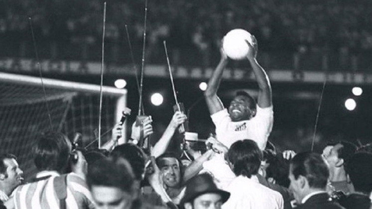 3 - Vasco 1x2 Santos (1969) - A partida entrou para a história por causa do milésimo gol do maior atleta do século, Pelé. De pênalti, o craque venceu o goleiro Andrada, se tornou o primeiro jogador brasileiro a marcar mil gols na carreira e se consagrou como o maior jogador de futebol de todos os tempos ao ser tricampeão mundial no ano seguinte.