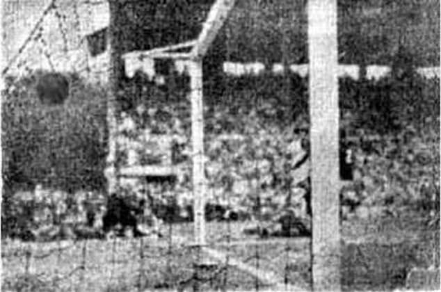 3 - Vasco 5 x 2 Flamengo: ao todo, Vasco e Flamengo já realizaram 394 clássicos dos milhões. Logo, entre tantos jogos marcantes, um se sobressai pelo contexto. No aniversário de 51 anos do Vasco, no dia 21 de agosto de 1949, as equipes se enfrentaram valendo o título do Carioca. Após sair perdendo de 2 a 0, comandado por Maneca, o cruzmaltino virou a partida para 5 a 2 e garantiu a conquista em São Januário.
