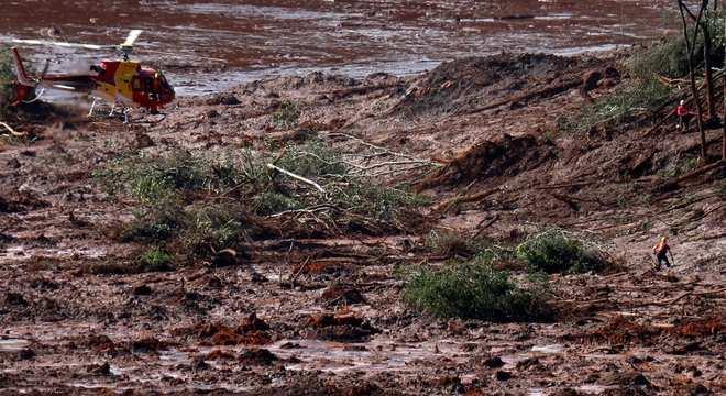 Helicóptero realiza buscas em área atingida pelo rompimento da barragem em Brumadinho (MG)