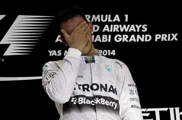 33 - A vitória em Yas Marina, no GP de Abu Dhabi de 2014, marcou o bicampeonato de Lewis Hamilton na Fórmula 1. A conquista foi possível contando com o abandono de Nico Rosberg, seu companheiro e rival