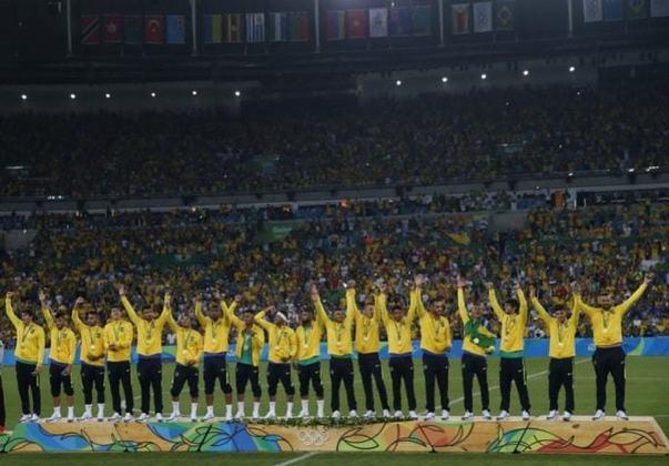 4 - Brasil 1 (5) x (4) 1 Alemanha - Em 2016, no Rio de Janeiro, o Brasil quebrou o jejum de nunca ter conquistado o ouro olímpico no futebol masculino. Após empate no tempo normal, a seleção derrotou a Alemanha nos pênaltis e colocou a medalha no peito.