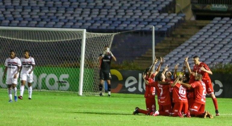 Jogadores do 4 de Julho comemoram gol na vitória para cima do São Paulo