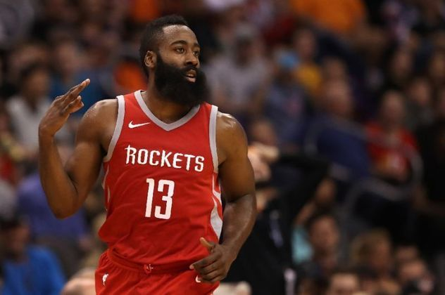 4- James Harden (Houston Rockets) O poder ofensivo do astro é incrível e faz a diferença contra oponentes, mesmo sendo marcado, em determinados momentos, por dois. Harden lidera a NBA pela terceira temporada consecutiva com 34.4 pontos, além de 7.4 assistências, 6.4 rebotes e 4.4 cestas de três por jogo