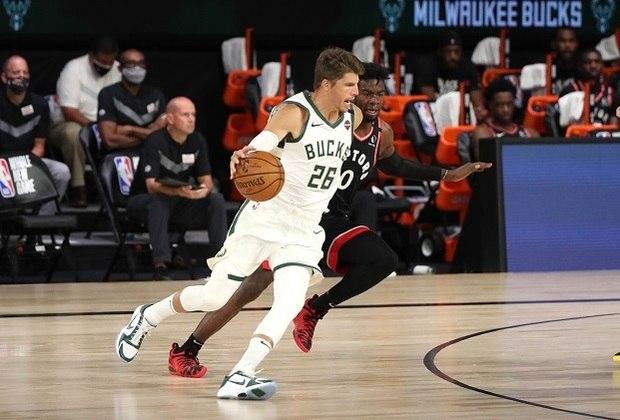 4 – KYLE KORVER: Aproximadamente 60% dos pontos de Kyle Korver em sua carreira são oriundos de arremessos de longa distância. Nenhum outro jogador tem uma média tão alta por pontos totais. Além disso, ele é o quarto jogador com mais cestas de três convertidas (4.284 até a data da publicação) e o décimo em aproveitamento (42.8%) da história da NBA