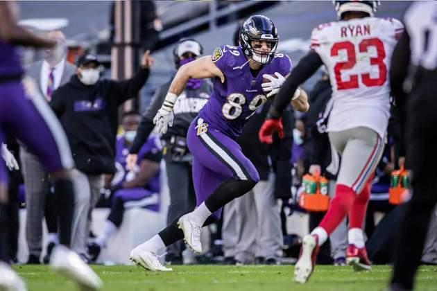 4. Mark Andrews (Baltimore Ravens): Em três anos na NFL, Andrews conseguiu derrubar a concorrência de Hayden Hurst (trocado para Atlanta em 2020) dentro de sua própria equipe. Em 2019, liderou a NFL em touchdowns de recepção entre tight ends, o que o levou a seu primeiro Pro Bowl. No ano passado, se manteve no Top 5 da posição em jardas. É a principal arma do ataque dos Ravens além de Lamar Jackson.