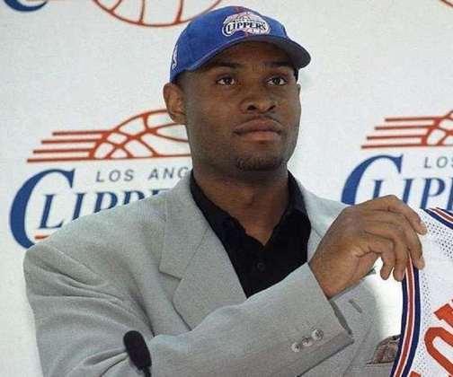 """4 – Michael Olowokandi (1998 – Los Angeles Clippers): O Clippers até insistiu, já que o ex-pivô ficou na equipe pelos primeiros cinco anos da carreira, mas não teve jeito. O """"The Kandi Man"""" era um jogador ruim mesmo e que só tinha uma qualidade: a sua altura. Foram 500 partidas como profissional, registrando médias de 8.0 pontos, 6.8 rebotes e 1.4 tocos e um baixo aproveitamento nos arremessos para um pivô (43%)."""