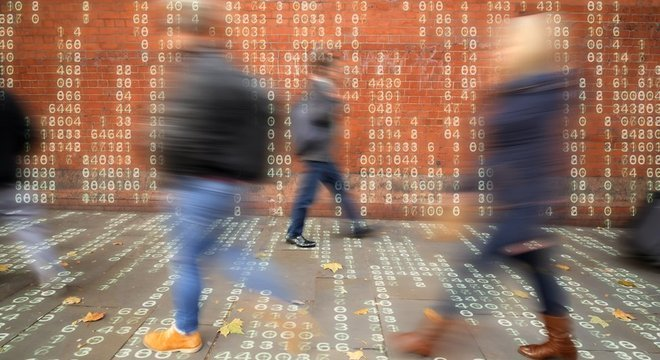 Rotina diária gera centenas de dados, nas mãos de diversas empresas: preferências e interações nas redes sociais, digital e face, pontos de partida, chegada e trajeto, histórico de compra