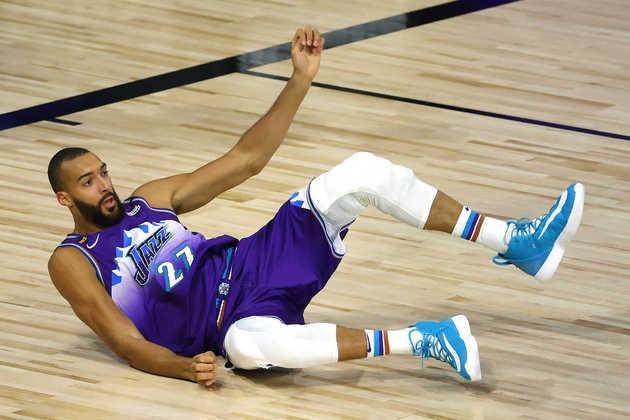 4- Rudy Gobert (Utah Jazz): 21 pontos, 16 rebotes, três bloqueios, 11 em 12 nos lances livres. Na batalha contra Jonas Valanciunas, Gobert levou vantagem, ainda que não por muito. O pivô francês foi um dos principais nomes na vitória sobre o Memphis Grizzlies, a segunda na fase de jogos em Orlando