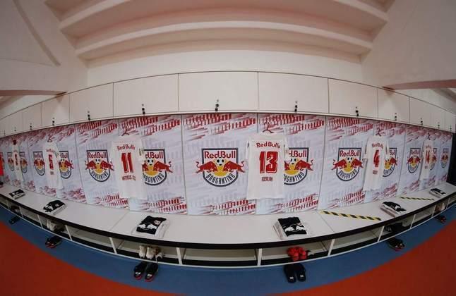 44 armários compõem o vestiário do Red Bull Bragantino. Cada jogador tem o seu nome gravado nos armários individuais.