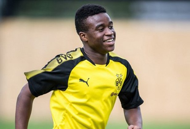 44º - Youssoufa Moukoko - Atleta mais jovem a atuar e marcar pela Liga Jovem da UEFA, Youssoufa Moukoko só completou 15 anos em novembro. O atacante do Borussia Dortmund não pode atuar na Bundesliga pela sua idade, mas é apontado como o novo Samuel Eto´o.