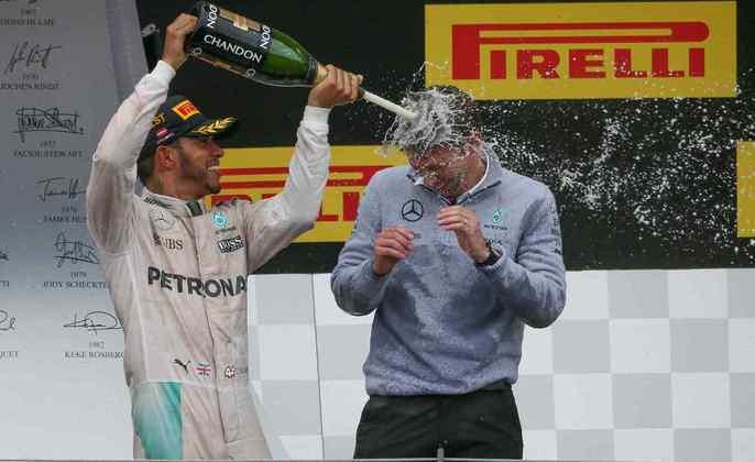 46 - Lewis Hamilton venceu o GP da Áustria de 2016 após uma manobra ousada contra Nico Rosberg na última volta. E fez muita festa