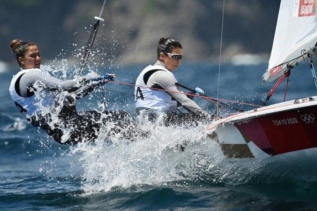 470 FEMININO - Ana Barbachan e Fernanda Oliveira estão na 7ª colocação geral faltando duas regatas para definir os 10 que disputarão a medal race. Nas duas regatas realizadas neste domingo, as brasileiras ficaram na 10ª colocação em ambas