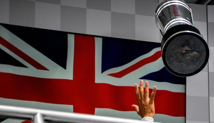 49 - Troféu para o alto e festa para Lewis Hamilton no GP da Alemanha de 2016