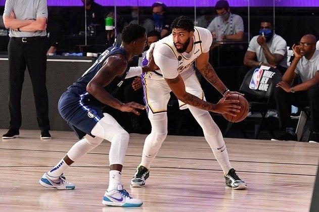 5- Anthony Davis (Los Angeles Lakers) Candidato ao prêmio de melhor defensor da temporada, o ala-pivô está em sua primeira temporada na equipe californiana e já é o cestinha, mesmo com LeBron James ao seu lado. Davis, de 27 anos, possui médias de 26.7 pontos, 9.4 rebotes, 3.1 assistências, 2.4 bloqueios e 1.5 roubada