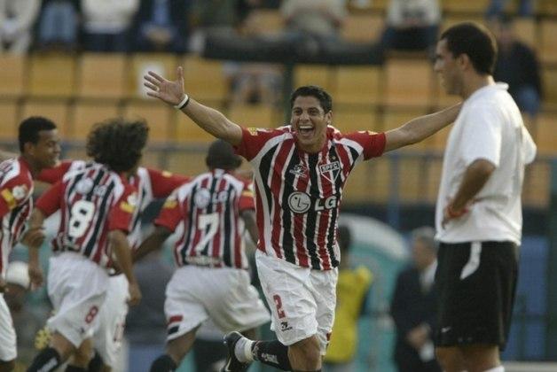 5) Cicinho - representou o São Paulo em 9 jogos da Seleção Brasileira neste século, todos no ano de 2005.