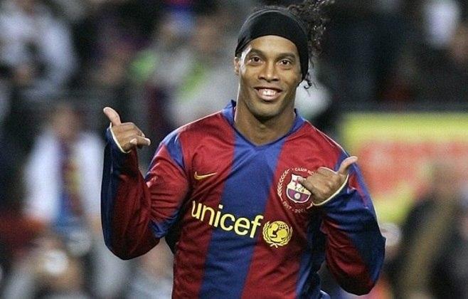 5 – Ronaldinho Gaúcho: aposentado, fez história no Barcelona, foi eleito o Melhor do Mundo em 2004 e 2005 e é o único jogador a ter conquistado Champions League, Libertadores e a Copa do Mundo