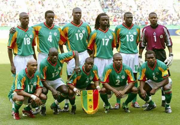 5- SENEGAL 2002: O país localizado na África Ocidental fez história ao jogar uma copa do mundo pela primeira vez, no ano de 2002. O time de Senegal conseguiu o feito histórico de ser a 7ª colocada daquele torneio. A equipe senegalesa caiu nas quartas de final e ganhou de seleções renomadas, como a França na estreia. O uniforme principal da equipe era branco com detalhes verdes, amarelos e vermelhos.