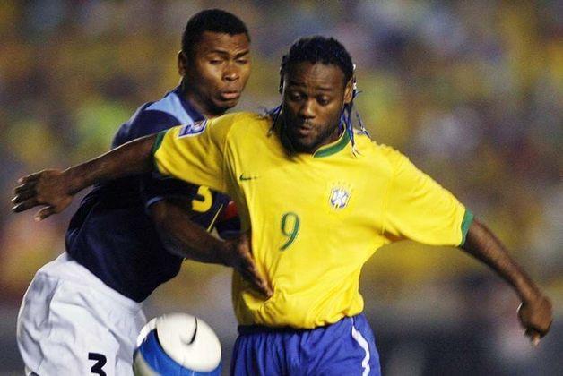 """5) Vagner Love: atualmente no Kairat, o jogador abre o top 5 desta lista com 20 jogos e quatro tentos marcados. Com tons de ironia pelo site, Love foi """"inquestionavelmente o melhor nome da história do futebol"""", também tendo sido """"bom com a camisa número 9 brasileira"""", como na Copa América de 2007, quando ele entrou nos dez minutos finais (mais a prorrogação) contra o Uruguai, na semifinal."""