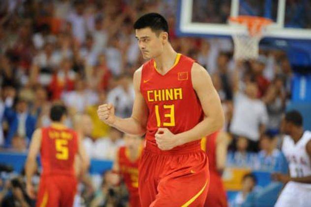 5- Yao Ming (2,29 metros) - Provavelmente, o mais bem sucedido entre os gigantes na NBA. O chinês disputou o Jogo das Estrelas em oito oportunidades, faz parte do Hall da Fama e obteve médias de 19.0 pontos, 9.2 rebotes e 1.9 bloqueio. Encerrou a carreira cedo, aos 30 anos, por constantes lesões