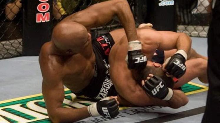 6ª. Anderson Silva x Dan Henderson (UFC 82) - Em março de 2008, Silva lutou contra o campeão dos pesos médios do Pride Fighting Championships, em uma disputa pela unificação dos títulos. Mesmo contra um adversário especialista na luta no chão, o Spider defendeu o seu título ao derrotar com um mata-leão no segundo assalto