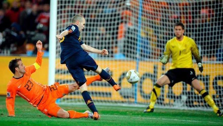 6 - Andrés Iniesta - País: Espanha - Posição: Meia - Clubes: Barcelona e Vissel Kobe