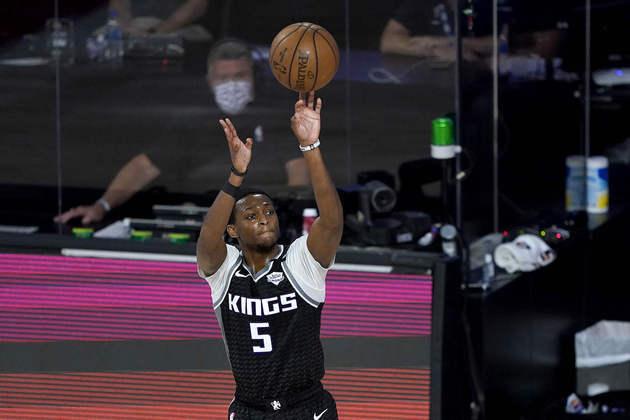 6- De'Aaron Fox (Sacramento Kings): 30 pontos, dez assistências, três roubadas. O Kings finalmente venceu em Orlando. Fox anotou 28 pontos ou mais em três dos quatro jogos da equipe no período na Flórida. E foi o melhor jogo do time, independente do triunfo, com apenas oito erros de ataque