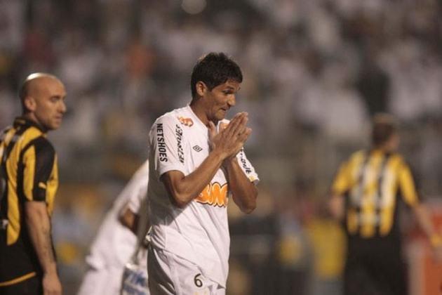 6. Durval: Depois de quatro temporadas e seis títulos pelo Peixe (2010 a 2013), em 2014 retornou ao Sport, clube em que jogava antes de vestir a camisa do Santos. Aposentou-se na equipe pernambucana no fim de 2018.