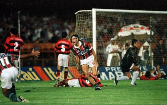 6 - Fluminense 3x2 Flamengo (1995) - Um das decisões mais emocionantes da história do Campeonato Carioca, este FlaxFlu teve de tudo: drama, emoção, expulsões e um gol eterno. Após chute de Aílton, Renato Gaúcho, de barriga, fez o gol que deu o título estadual de 95 ao Fluminense, no ano do centenário do rival.