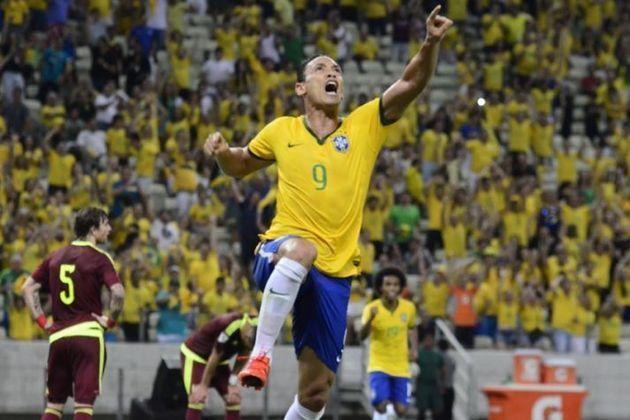 """6) Ricardo Oliveira: """"longe de ser um grande nome"""", o centroavante, atualmente sem clube, teve impacto como camisa 9 do Brasil na Copa das Confederações de 2005 e jogou """"razoavelmente bem, marcando duas vezes"""". No total, ele tem 16 partidas e cinco gols na conta."""