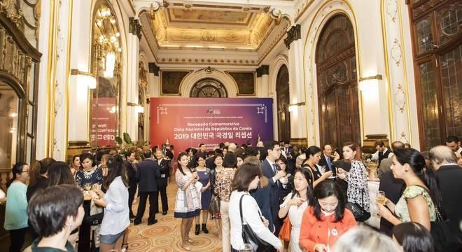 Consul da Coreia ofereceu um coquetel para convidados antes da apresentação