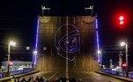 Em São Petesburgo, na Rússia, espectadores acompanharam a exibição da projeção do rosto de Iuri Gagarin