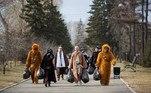 Voluntários vestidos de personagens do filme Stars Wars limparam participaram de um evento de limpeza de uma rua na cidade deIrkutsk, na Rússia, em comemoração ao 60° do primeiro voo tripulado ao espaço