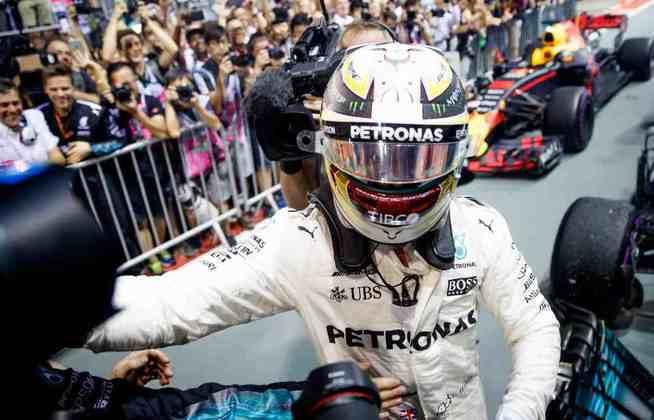 60 - Hamilton contou com a sorte para vencer o GP de Singapura de 2017. Na largada, um acidente triplo com Sebastian Vettel, Kimi Räikkönen e Max Verstappen ajudou na disputa