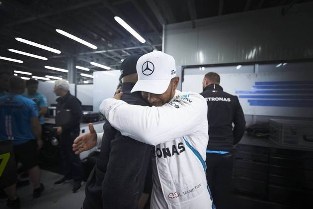 63 - No GP do Azerbaijão de 2018, Lewis Hamilton contou com a sorte. Sebastian Vettel errou nas voltas finais e Valtteri Bottas teve um furo no pneu. Isso pouco importou para o britânico, que comemorou muito