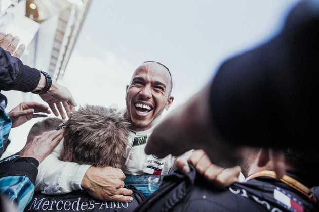 64 - A festa de Lewis Hamilton após a vitória no GP da Espanha de 2018