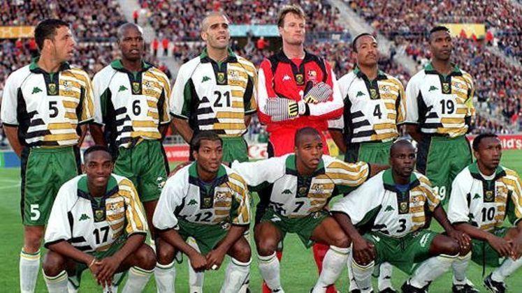 7- ÁFRICA DO SUL 1998: A seleção africana daquele ano entrou em campo para enfrentar a anfitriã França com um uniforme inspirado na cultura do continente africano. O primeiro uniforme era branco e verde com detalhes coloridos.